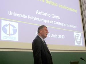 Antonio Gens i Sole Pronunciando Conferencia Coulomb